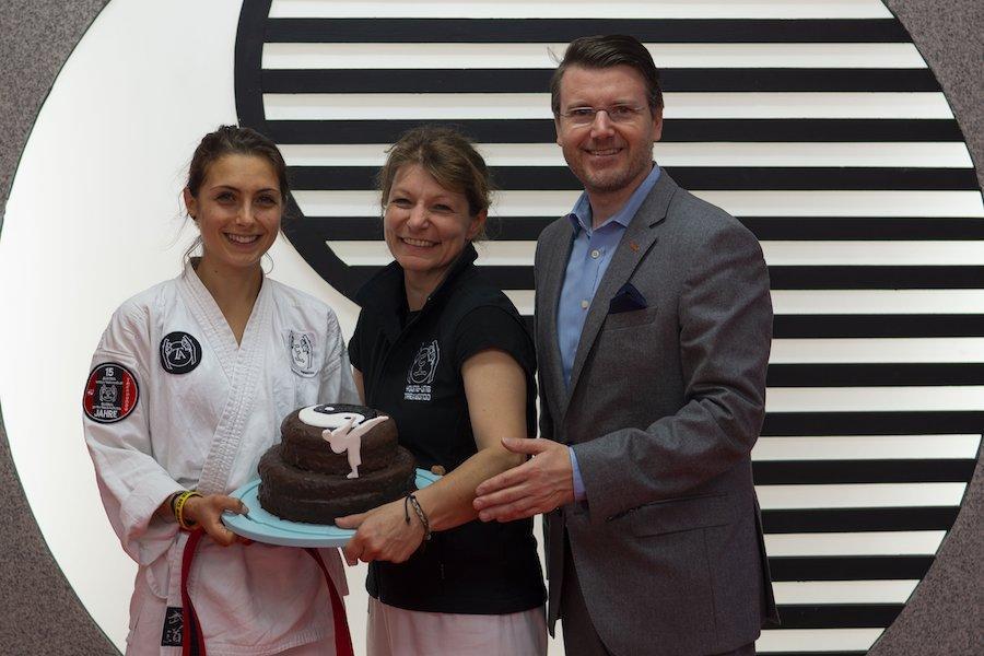 Taekwondo Team feiert mit Torte die Neueröffnung der Taekwondo Filiale in Krems.
