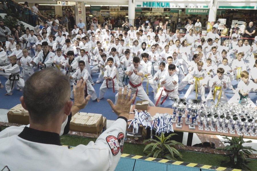 Taekwondo Schüler beim Sommer Turnier in der Lugner City.
