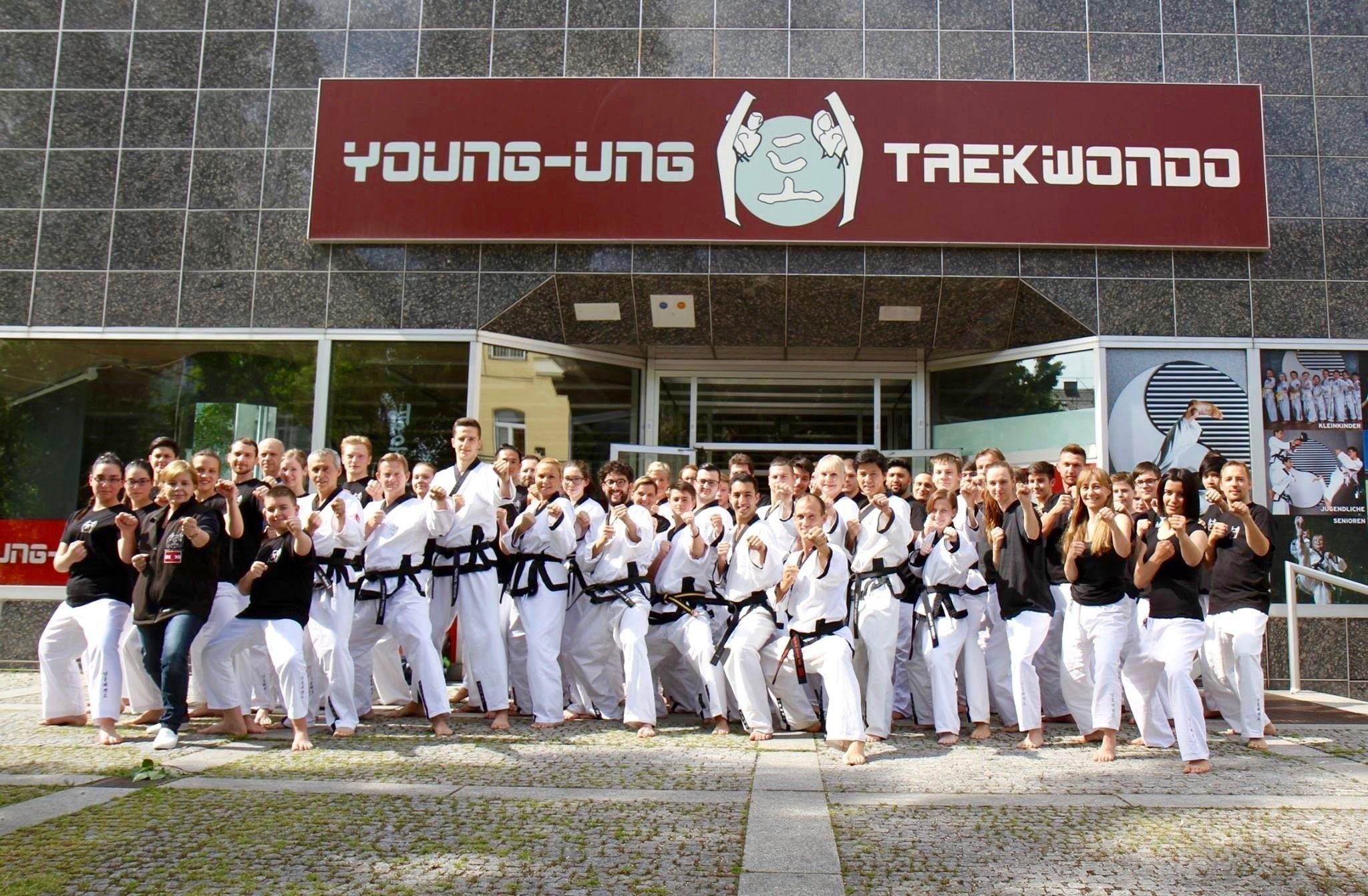 YOUNG-UNG Taekwondo Trainer Gruppe vor der Taekwondo Schuler