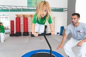 Kleines Mädchen springt am Trampolin
