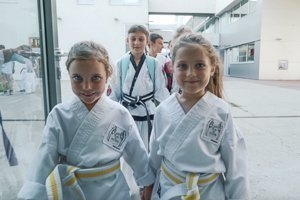 Kleine Mädchen im Kampfanzug