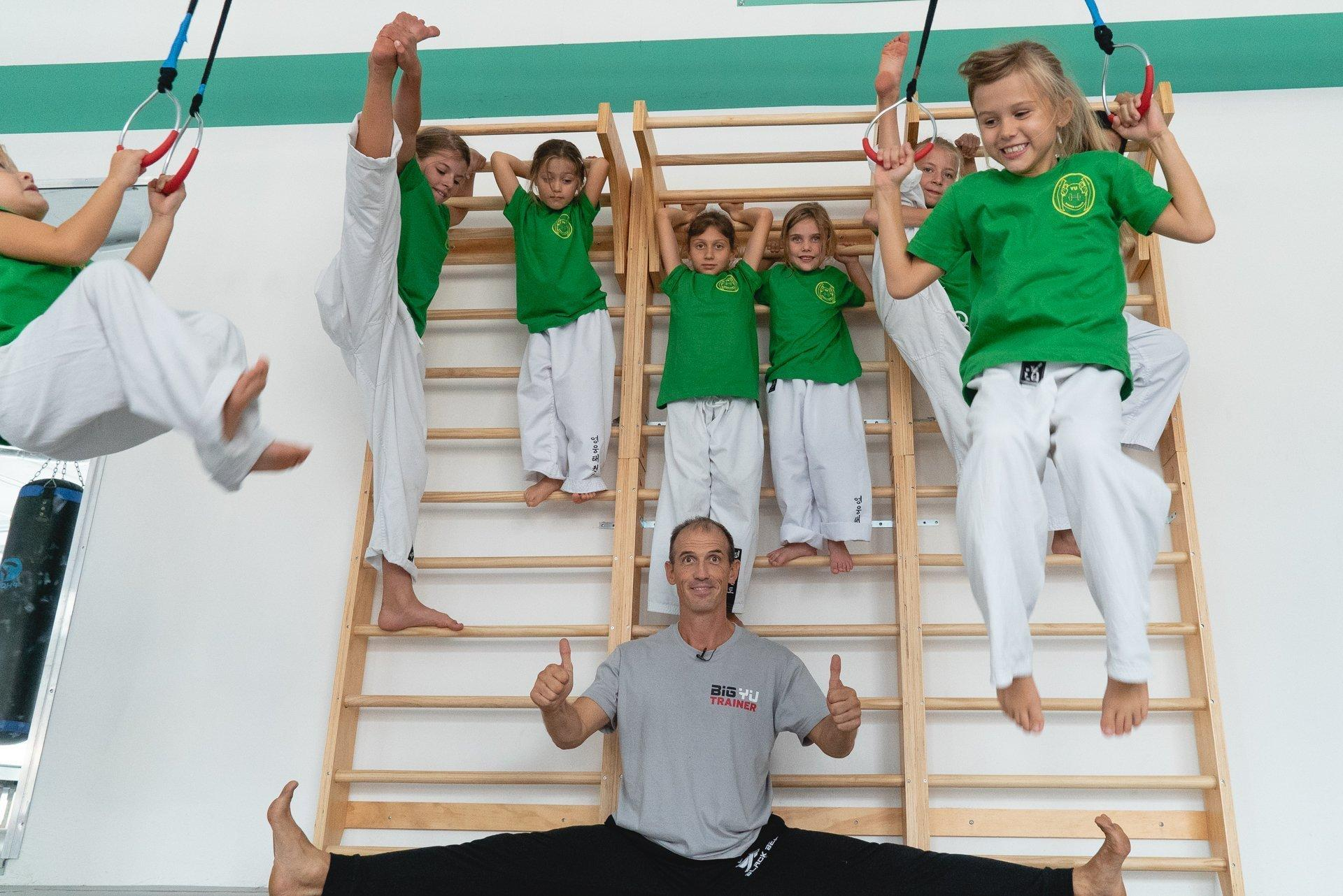 Sabonim im Spagat und Kinder auf der Leiter und den Ringen