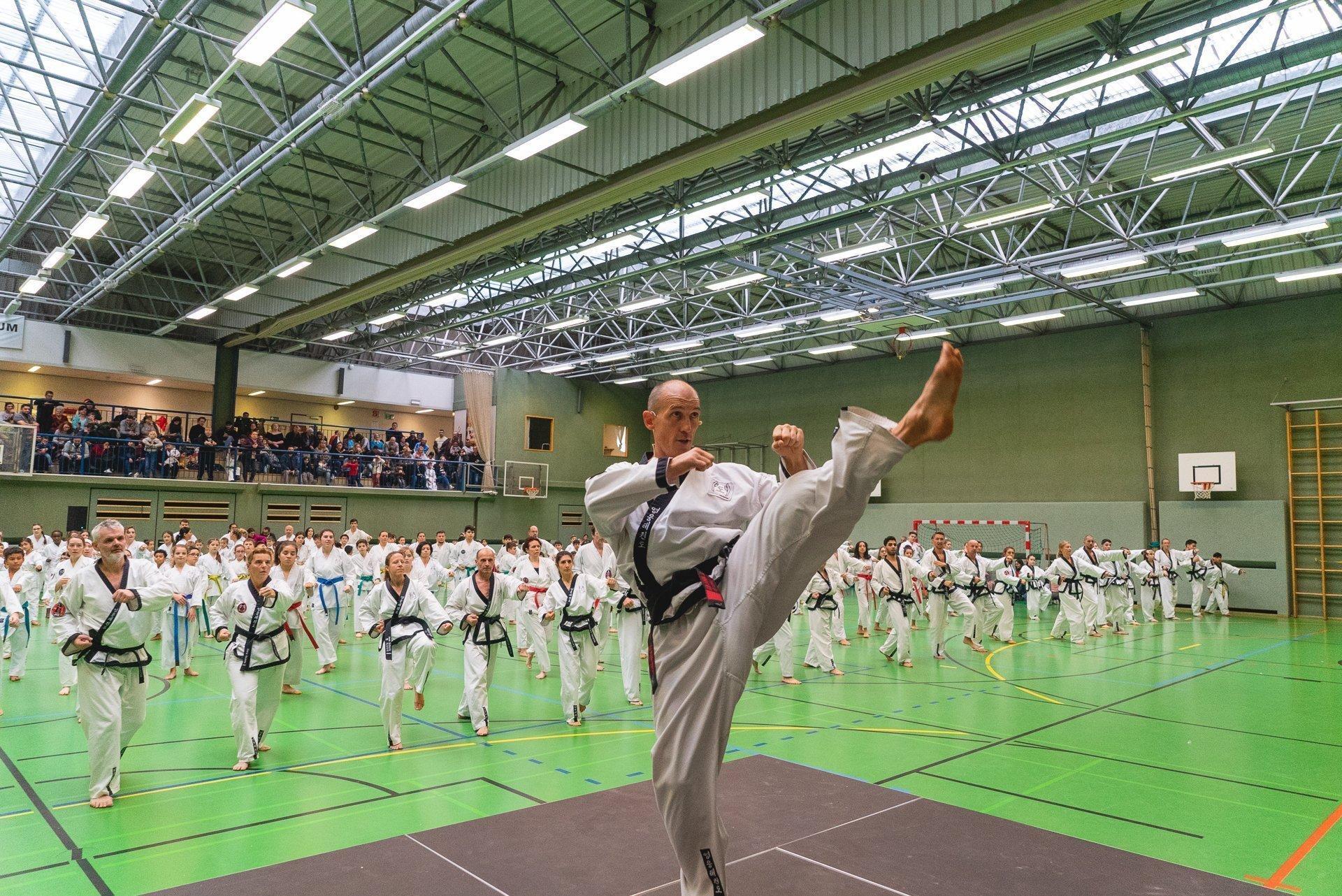 YOUNG-UNG Taekwondo Kampfsport Training Weihnachtslehrgang Schulschiff