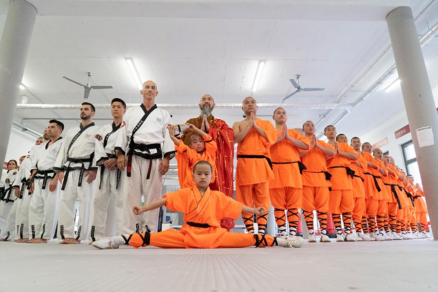 Taekwondo-Kämpfer stehen neben Shaolin Kung Fu Mönchen
