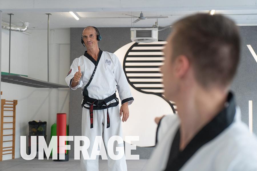 Mann im Taekwondo-Kampfanzug