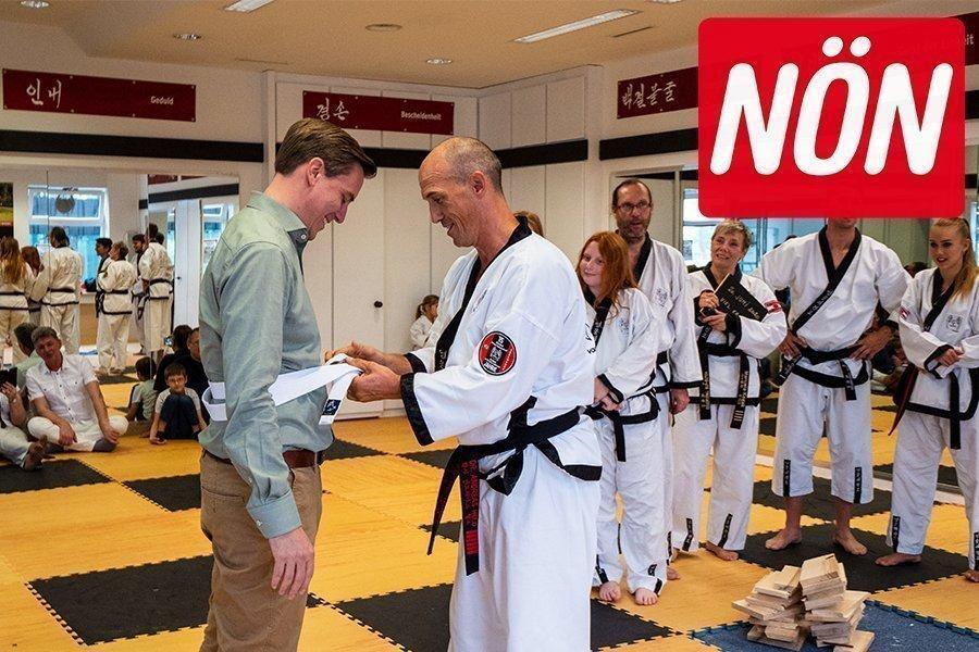 Klosterneuburger Sportstadtrat bekommt weißen Taekwondo-Gürtel von Taekwondo-Meister Dr. Andreas Held überreicht