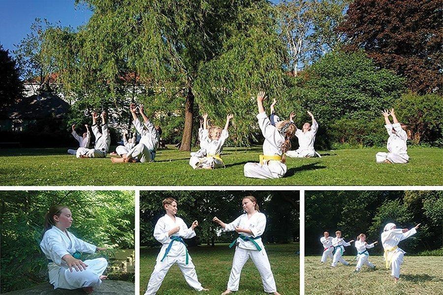 Kinder im Taekwondo Anzug in der Natur