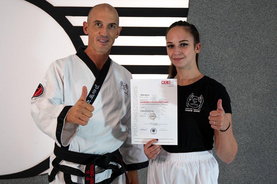 Nadine mit Dr. Andreas Held und Zertifikat in der Hand
