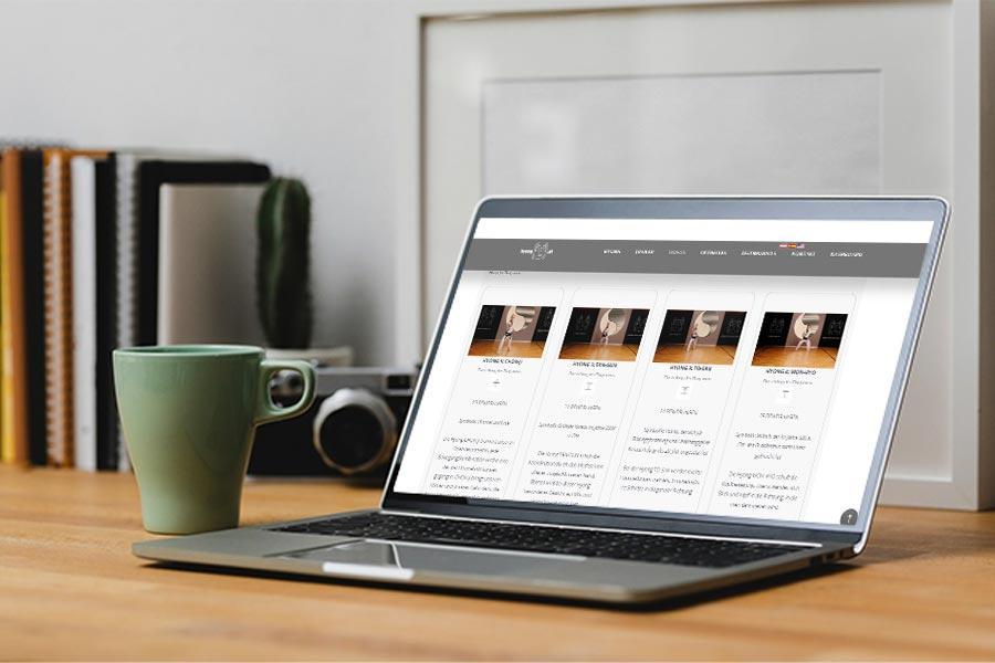 Zu sehen ist ein offener Laptop mit unserer Hyong.at Seite
