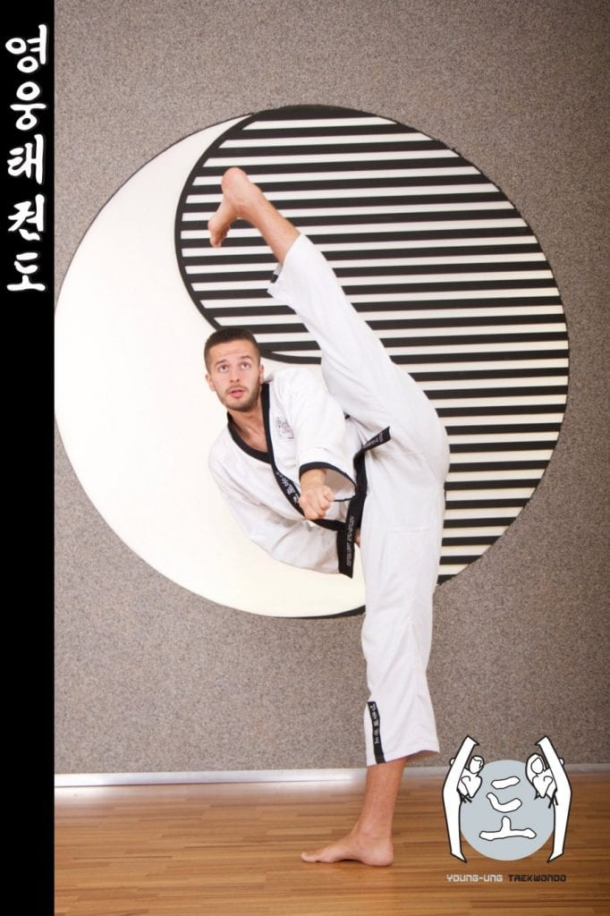 Taekwondo-Trainer in Taekwondo Kick Pose aus Zweigstelle 1180 Wien