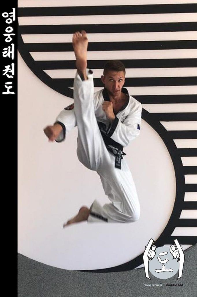 Taekwondo-Trainer in Taekwondo Sprung Pose aus Zweigstelle 1170 Wien