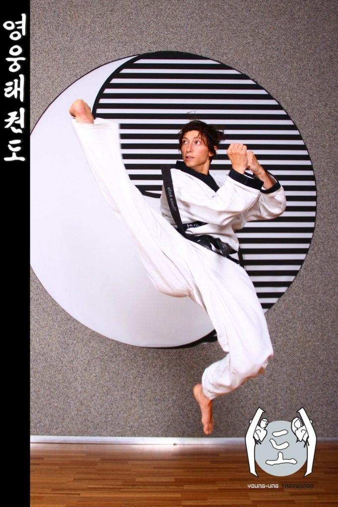 Taekwondo-Trainerin mittleren Alters in Taekwondo Sprung Pose aus Zweigstelle 1150 Wien