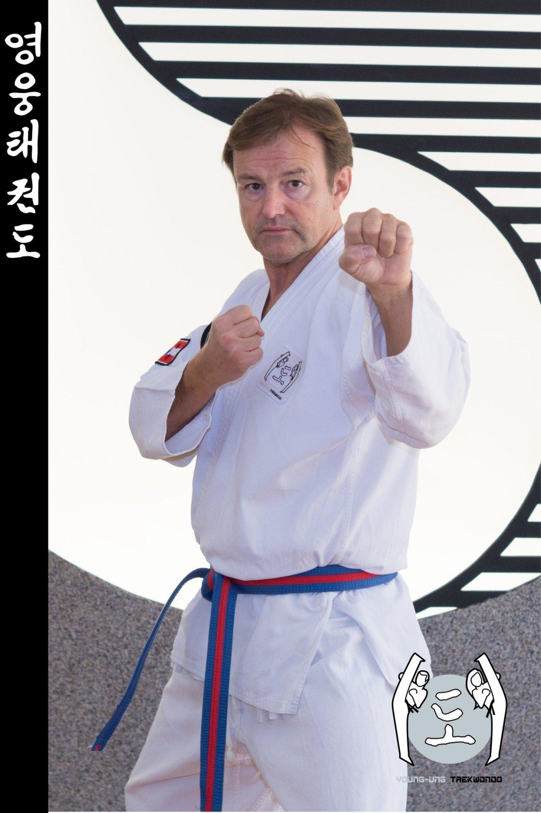 Taekwondo-Trainer mittleren Alters in Taekwondo Pose aus Zweigstelle 2380 Perchtoldsdorf