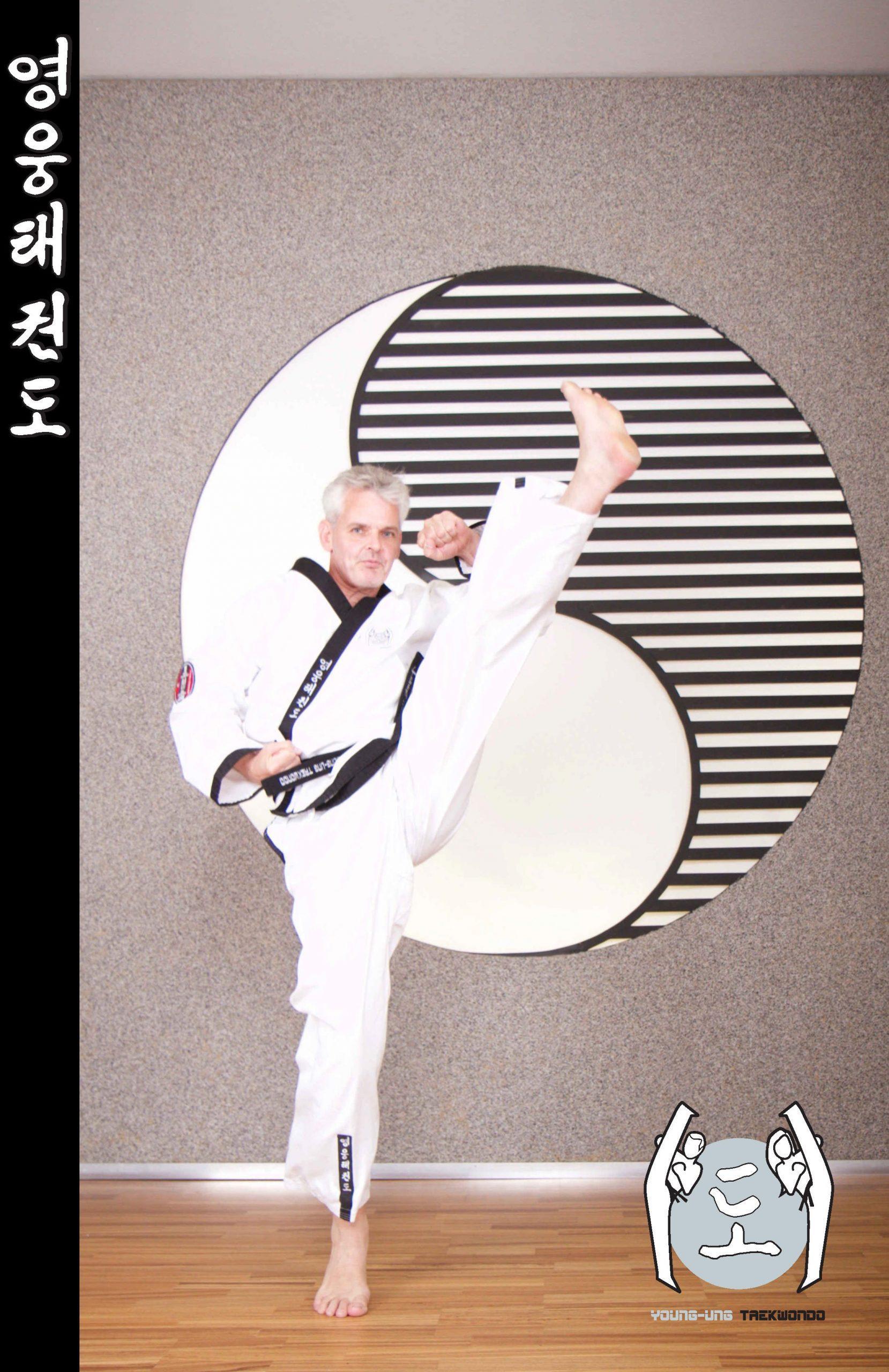 Taekwondo-Trainer mittleren Alters in Taekwondo Kick Pose aus Zweigstelle 8630 Mariazell