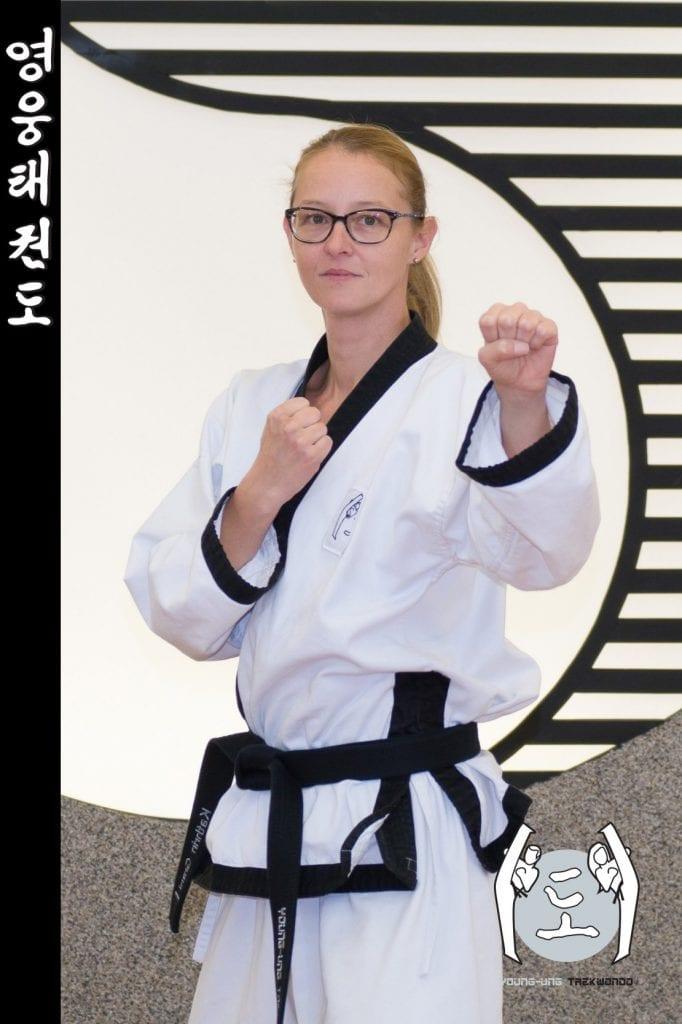 Taekwondo-Trainerin in Taekwondo Kampfstellung Pose aus Zweigstelle 1210 Wien