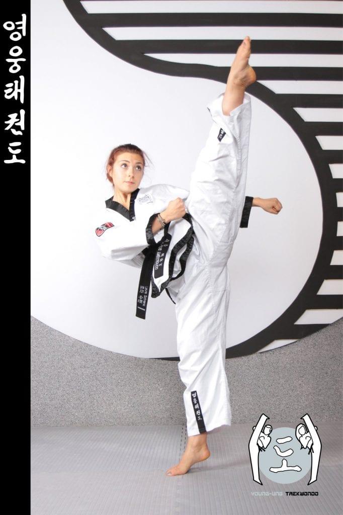 Taekwondo-Trainerin in Taekwondo Kick Pose aus Zweigstelle 3500 Krems