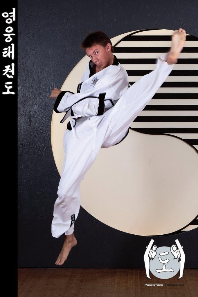 Taekwondo-Trainer in Taekwondo Pose aus Zweigstelle 1130 Wien