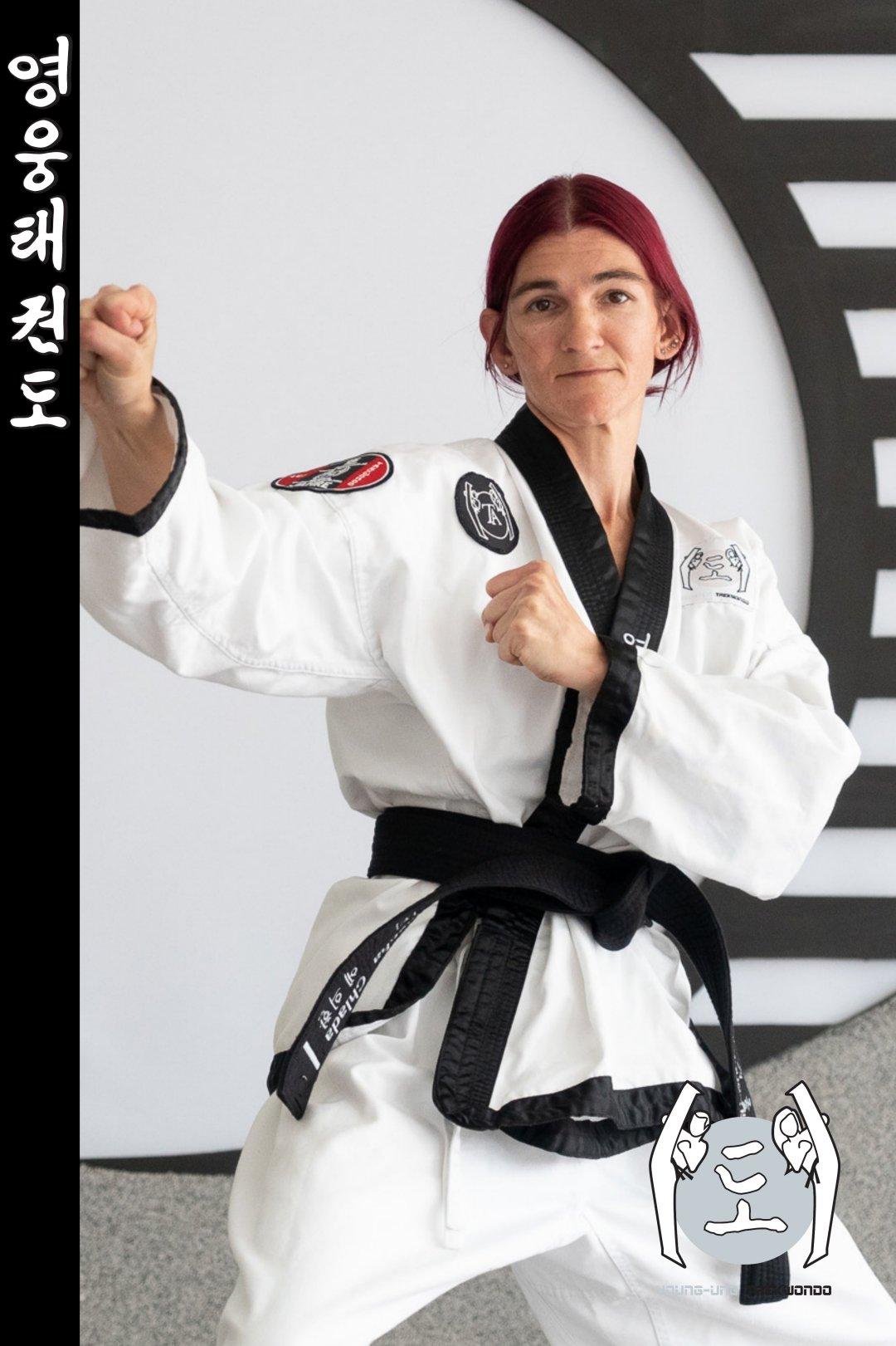 Taekwondo-Trainerin mittleren Alters in Taekwondo Kampfstellung Pose aus Zweigstelle 1140 Wien