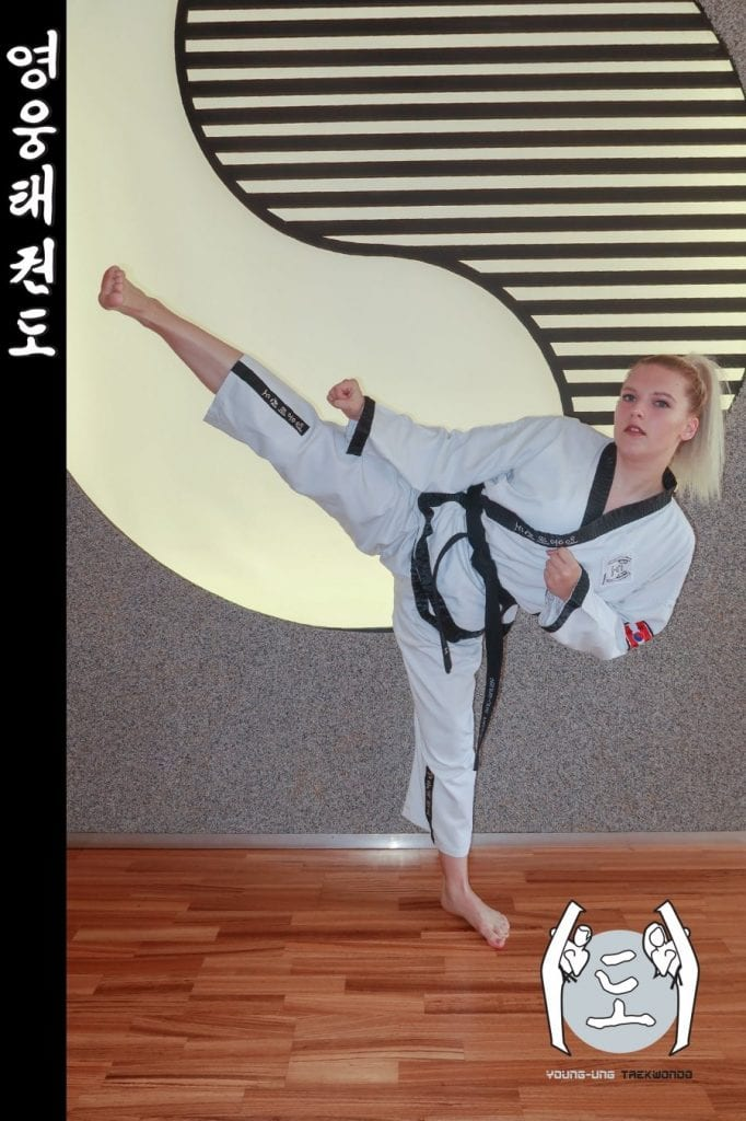 Taekwondo-Trainerin in Taekwondo Pose aus Zweigstelle 1190 Wien