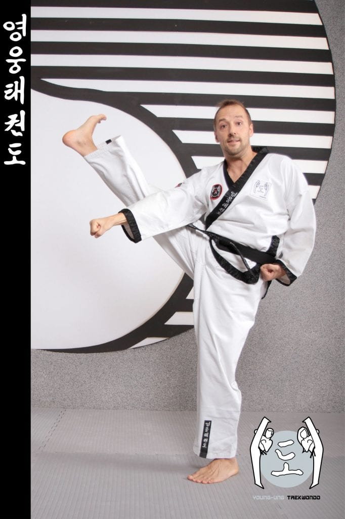 Taekwondo-Trainer mittleren Alters in Taekwondo Pose aus Zweigstelle 1100 Wien