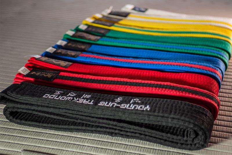 Taekwondo Gürtel in verschiedenen Farben.