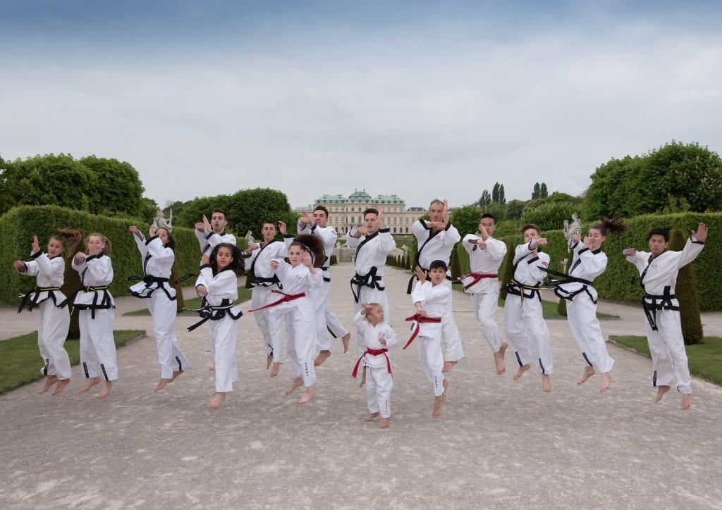 Taekwondo Kämpfer vor dem Schloß Belvedere