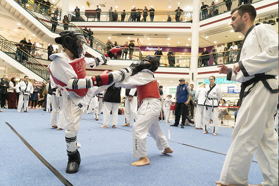 Zwei Taekwondo-Kämpfer mit Schutzausrüstung beim Wettkampf-Turnier in der Lugner City.