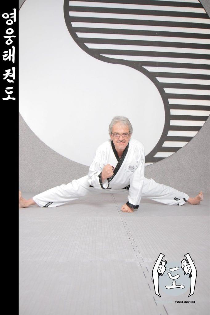 Taekwondo-Trainer fortgeschrittenen Alters in Taekwondo Spagat Pose aus Zweigstelle 2700 Wiener Neustadt