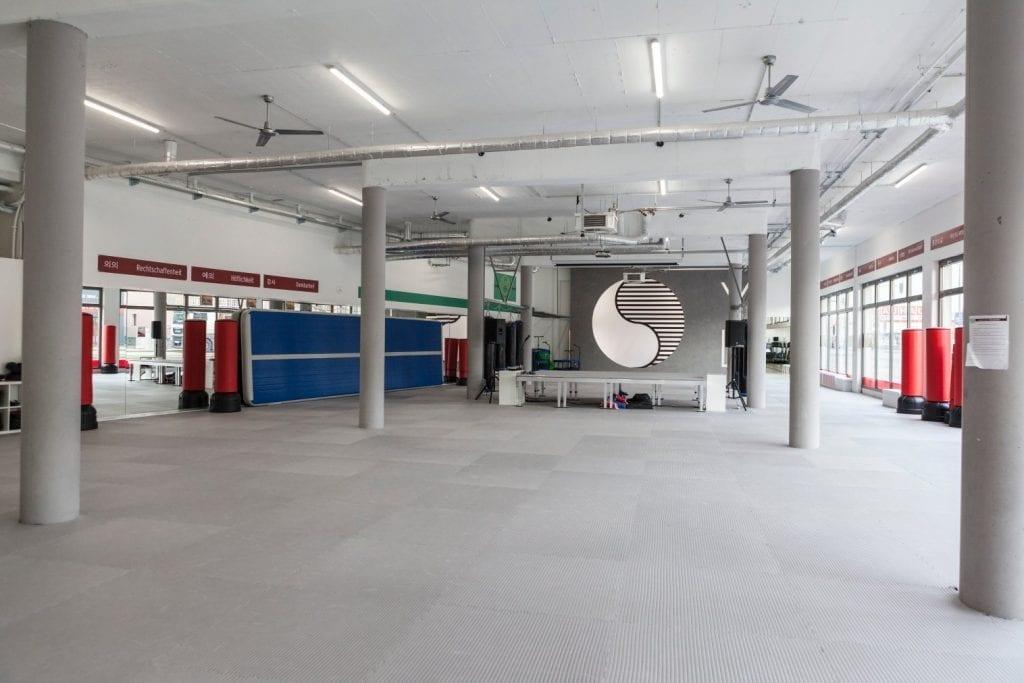 YU Taekwondo BIG YU Filiale im Wiener 21. Bezirk. Sehr großer und heller Trainingsbereich mit Blick auf das Ding Yang Zeichen.