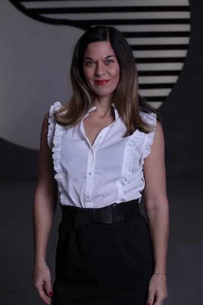 Portrait Foto einer jungen Dame im Business Outfit