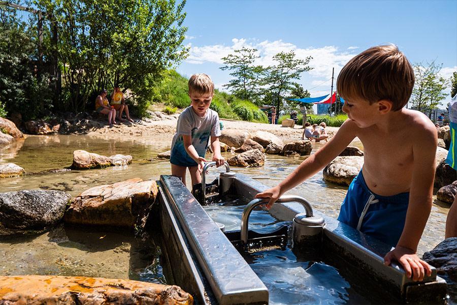 Zwei kleine Buben spielen im Wasserpark