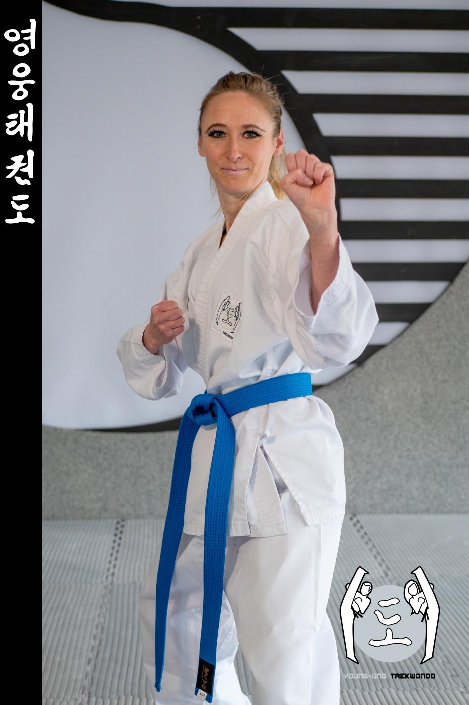 Taekwondo-Trainerin in Taekwondo Kick Pose aus Zweigstelle 7400 Oberwart