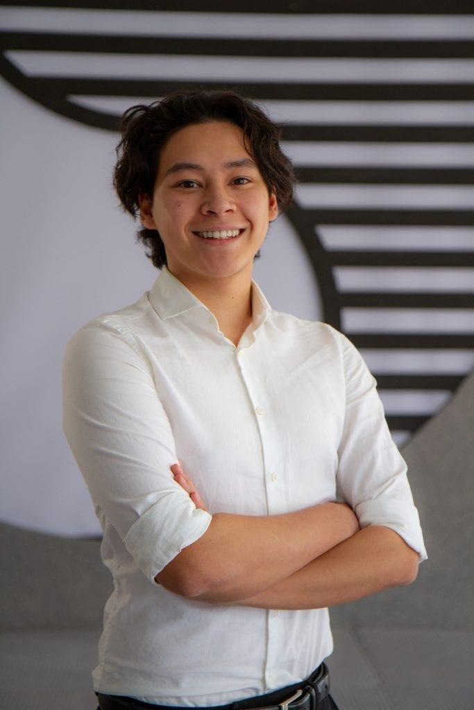 Junger Mann in weißem Hemd