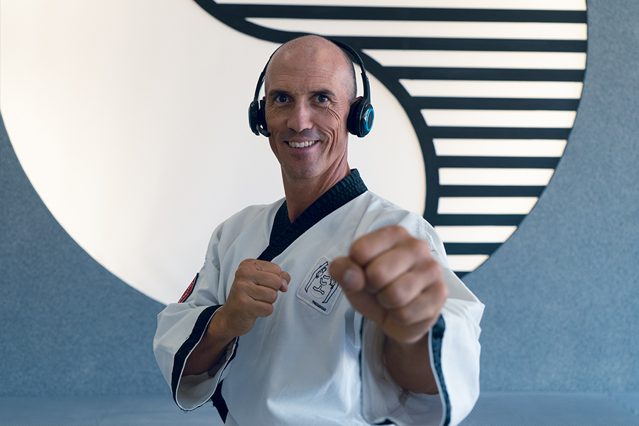 Dr. Andreas Held mit Headset in Kampfstellung.