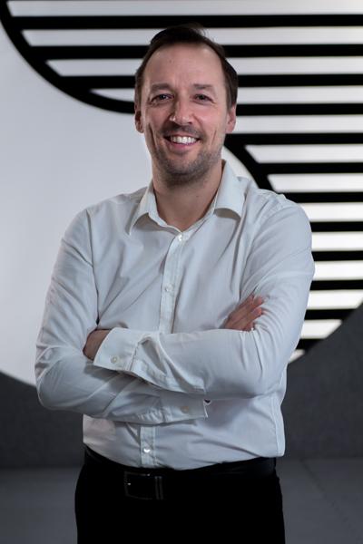 Mann im weißen Hemd lächelt