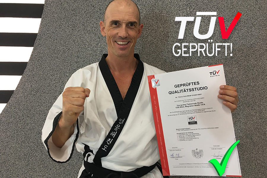 Großmeister Dr. Andreas Held hält das TÜV Zertifikat in der Hand.