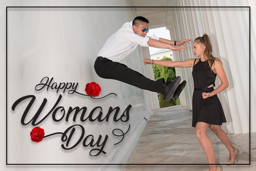 Weltfrauentag: Mädchen mit Zopf und schwarzem Kleid und junger Mann springt hoch.