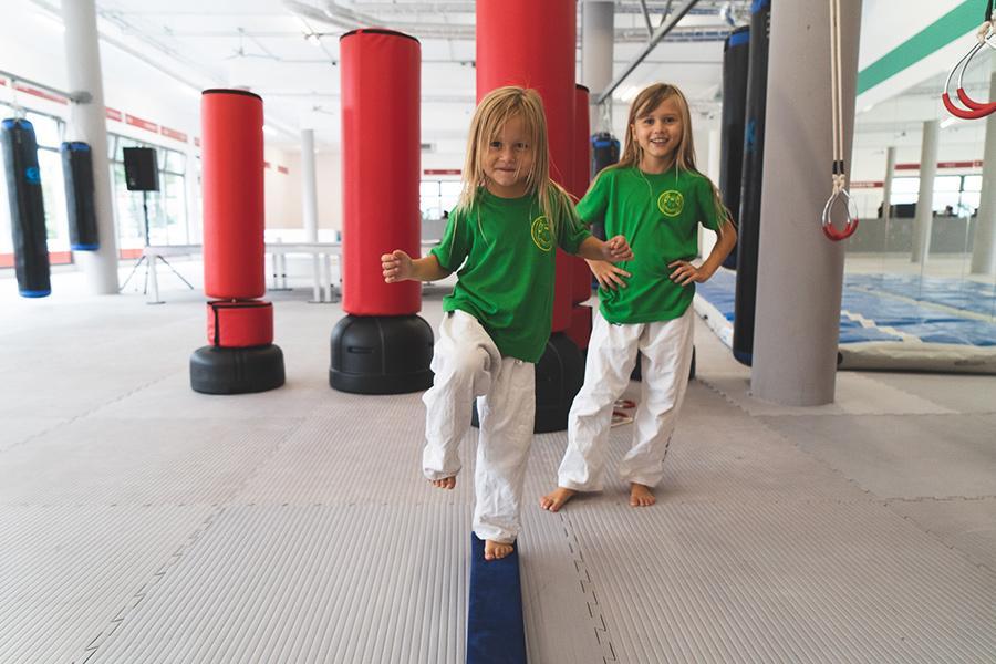 Mädchen balanciert über einen kleinen Balken.
