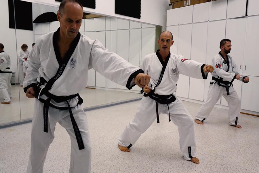Dr. Andreas Held trainiert mit einer kleinen Gruppe Taekwondo.