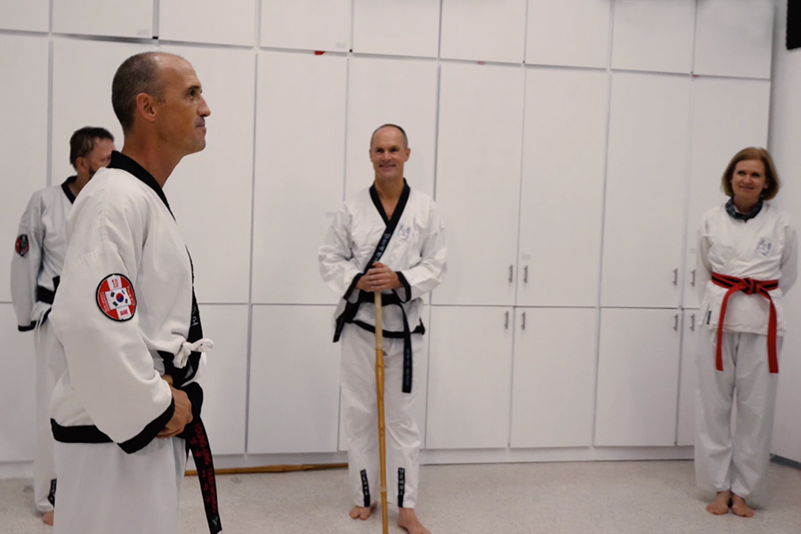 Dr. Andreas Held mit seinen Taekwondo Schülern.