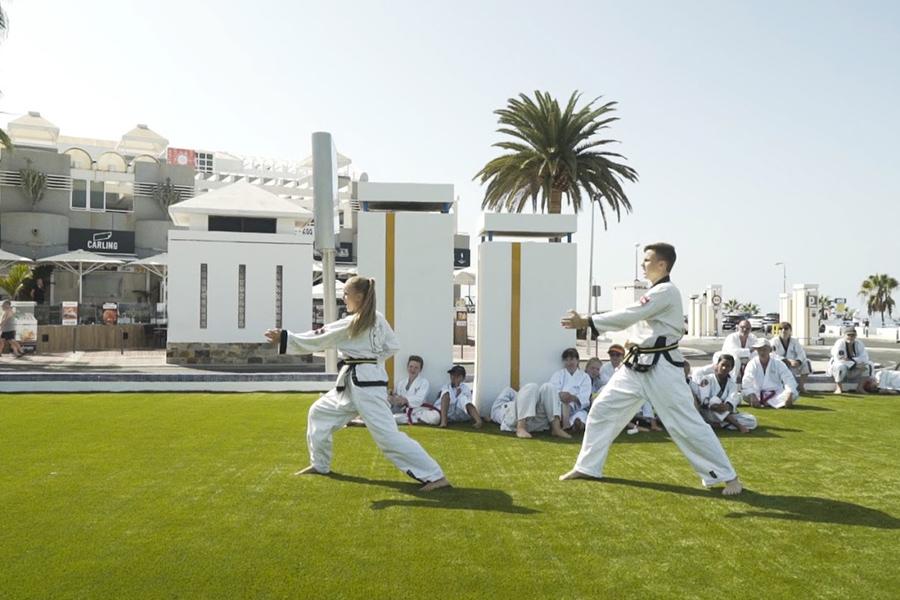 Teenager Mädchen und Junge trainieren Taekwondo.