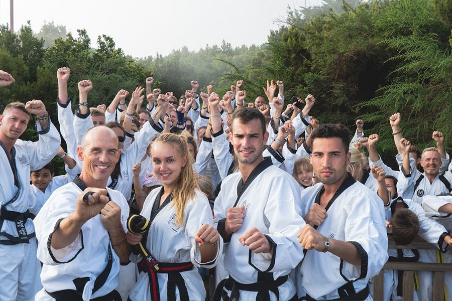 Taekwondo Kämpfer posieren im Kampfanzug im Lorbeerwald.