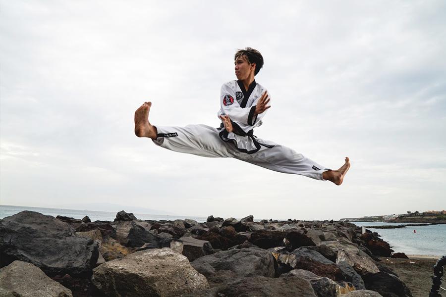 Teenager Juge springt mutig über Klippen.