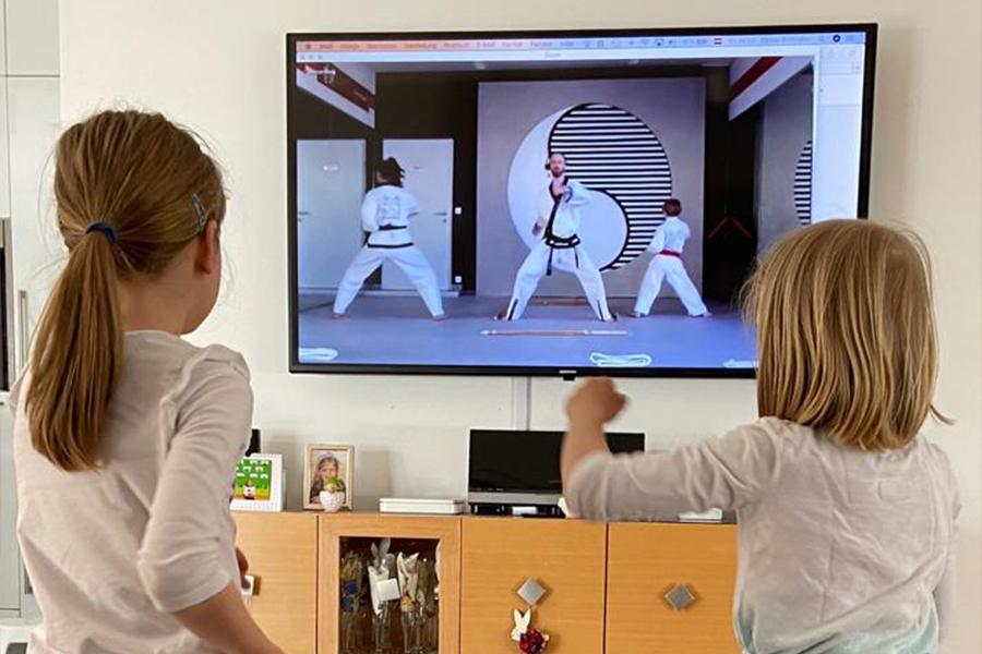 Zwei Mädchen trainieren zu Haues Taekwondo.