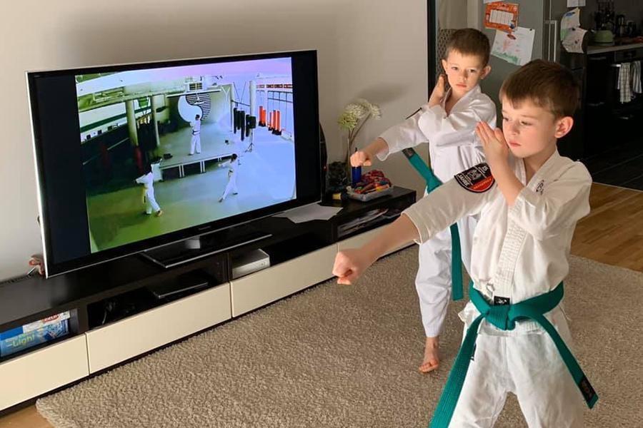 Zwei Burschen trainieren zu Haues Taekwondo im Dobok.