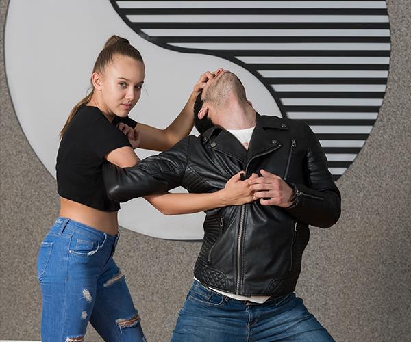 Teenager Mädchen verteidigt sich vor Angreifer