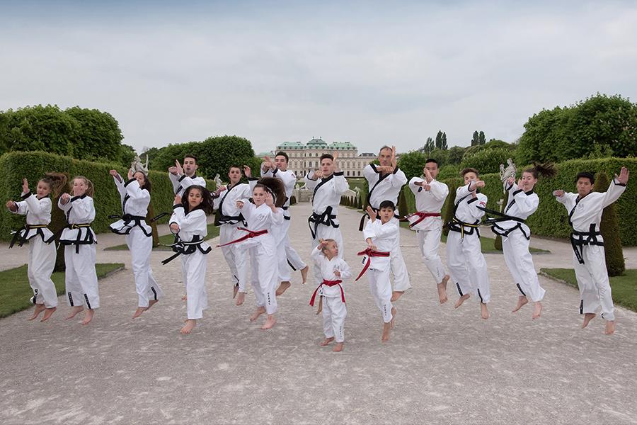 YU Taekwondo Gruppe vor dem Belvedere Wien
