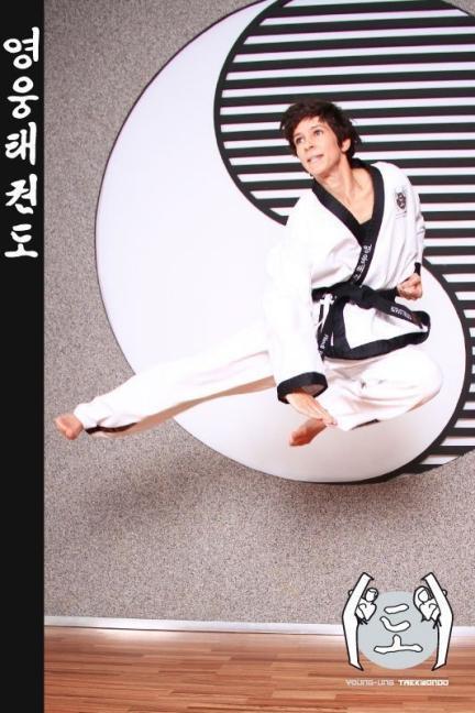 Frau im Taekwondo Kampfanzug mit Schwarzgurt