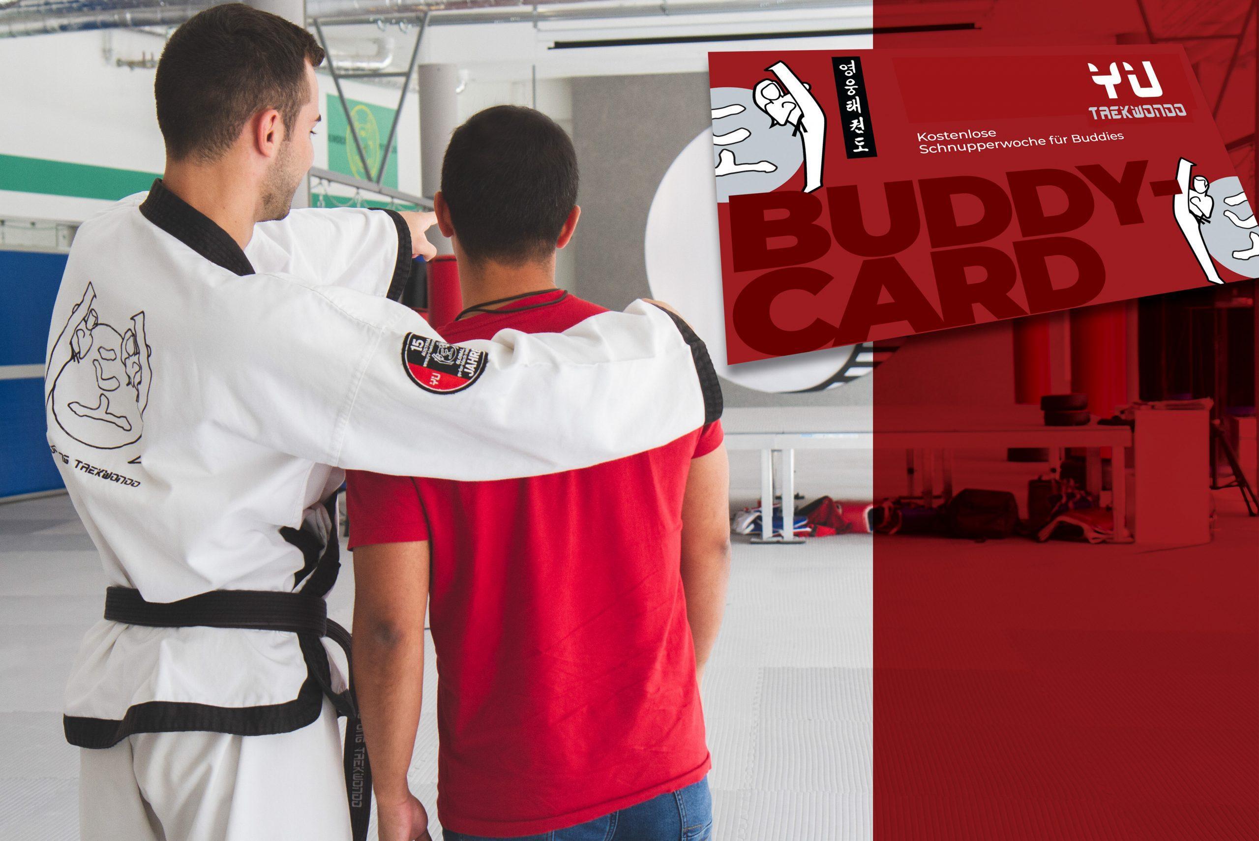 Junger Mann im Kampfanzug mit Mann im roten T-Shirt