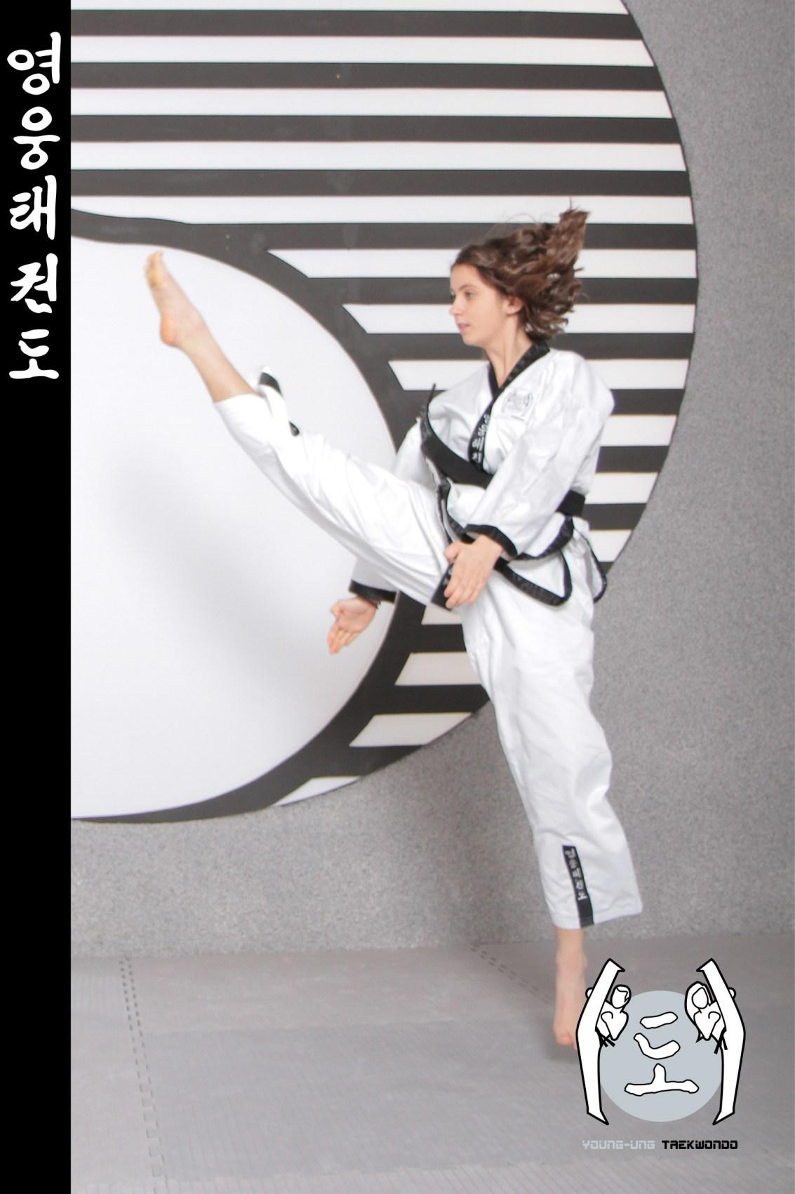 Junge Frau im Taekwondo Kampfanzug mit Schwarzgurt